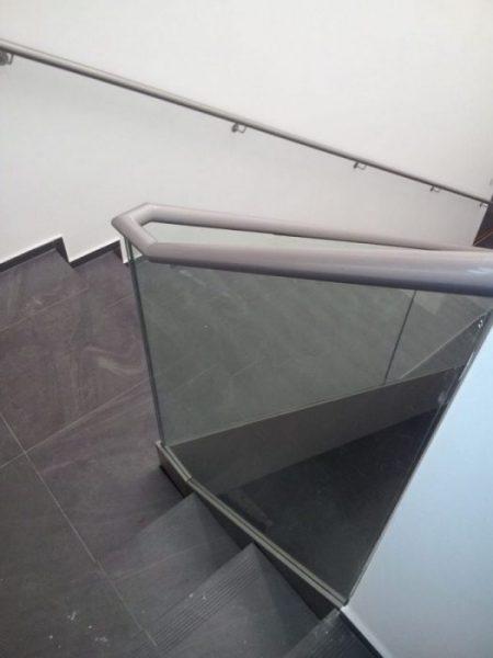 szklana balustrada w zabudowie na schody