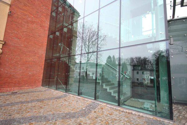 Zawiasy montażu drzwi szklanych – czy trudno je zamontować?