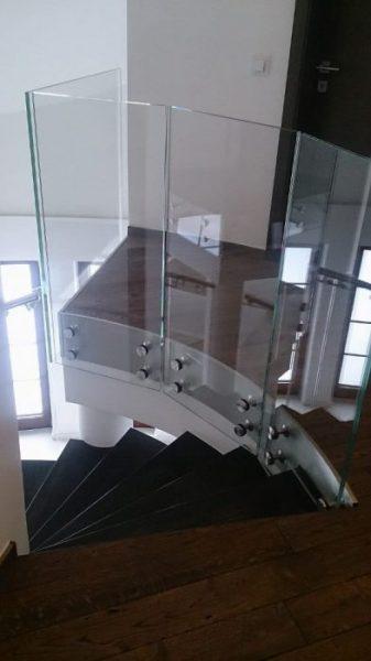 Dlaczego, w dziedzinie konstrukcji takich jak podłogi szklane, montaż ma bardzo duże znaczenie?