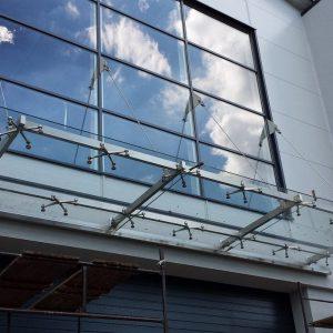 szklane-zadaszenie-brama-wjazdowa-baner