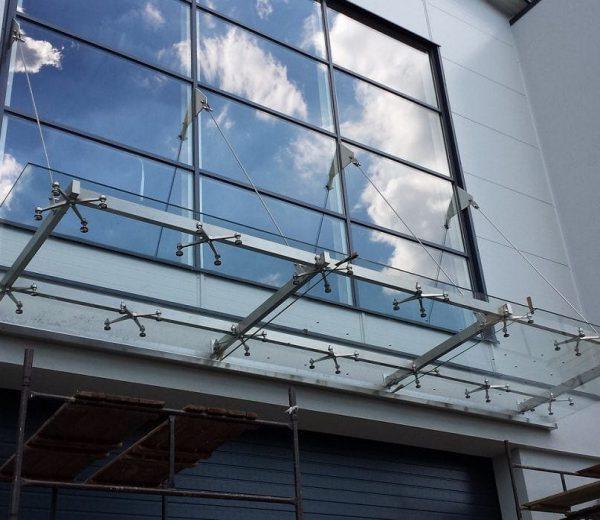 Jakie zastosowanie ma w przypadku konstrukcji, takich jak podłogi szklane, rama stalowa?