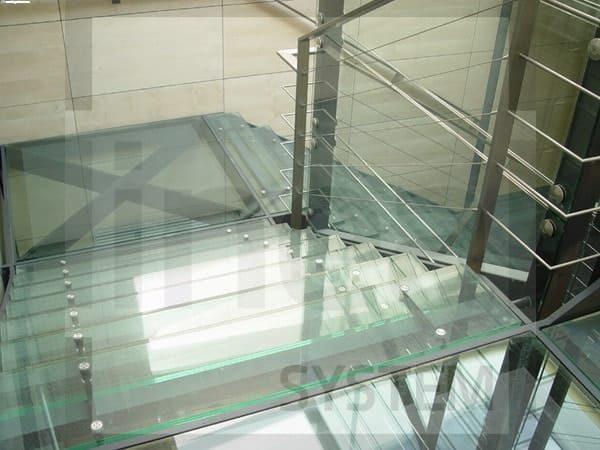 Jakie elementy powinien uwzględniać opisujący schody szklane projekt?