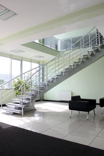 Dlaczego w konstrukcji takiej jak schody szklane system zamocowań punktowych jest najlepszym rozwiązaniem?
