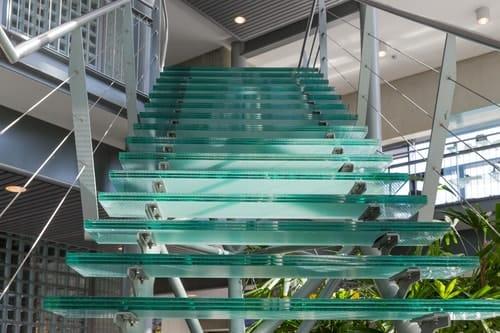 Do czego służy w przypadku konstrukcji takiej jak schody szklane rama stalowa?