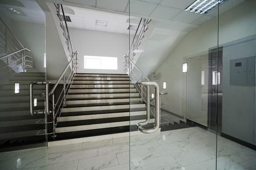 Zawiasy drzwi ze szkła. Gdzie zastosować szklane drzwi?