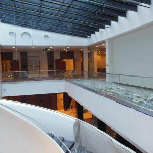 LinealSYSTEM - mocowana szklana balustrada oraz schody z poręczą