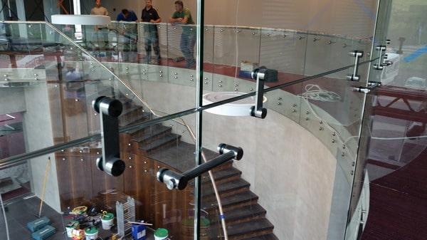 LinealSYSTEM - mocowania do szkła balustrady i schody