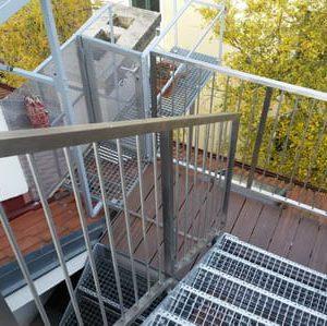 LinealSYSTEM - schody mocowane z balustradą lub barierką